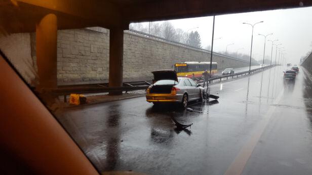 Auto uderzyło w barierki Konrad / warszawa@tvn.pl