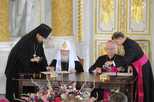 Cyryl I i abp Józef Michalik podpisują przesłanie wzywające do pojednania obu narodów Polski i Rosji PAP/Grzegorz Jakubowski