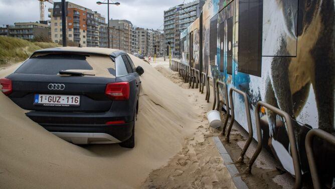 Burza Odette w Belgii. Góry piasku na ulicach, ranni